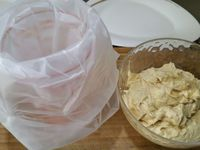 1 - Préparer la crème pâtissière, le pralin et le praliné (si faits maison) à l'avance, la veille par exemple (voir les liens ci-dessous pour les recettes de crème pâtissière, du pralin et praliné), sinon utiliser des produits tout prêts vendus dans le commerce. Placer la crème pâtissière dans le bol d'un robot, rajouter le praliné. Battre avec la feuille du robot jusqu'à ce que le mélange soit bien homogène. Rajouter le beurre pommade et battre à nouveau au robot pour bien incorporer et aérer. La crème doit être légère et ferme. Mettre la crème mousseline pralinée obtenue dans une poche à douille.