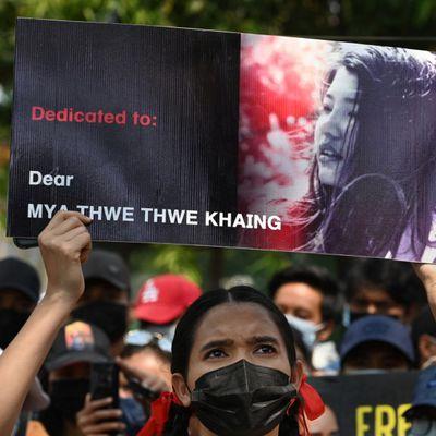 Manifestacioj en Birmo: du mortintoj kaj pluraj vunditoj fare de policaj pafoj