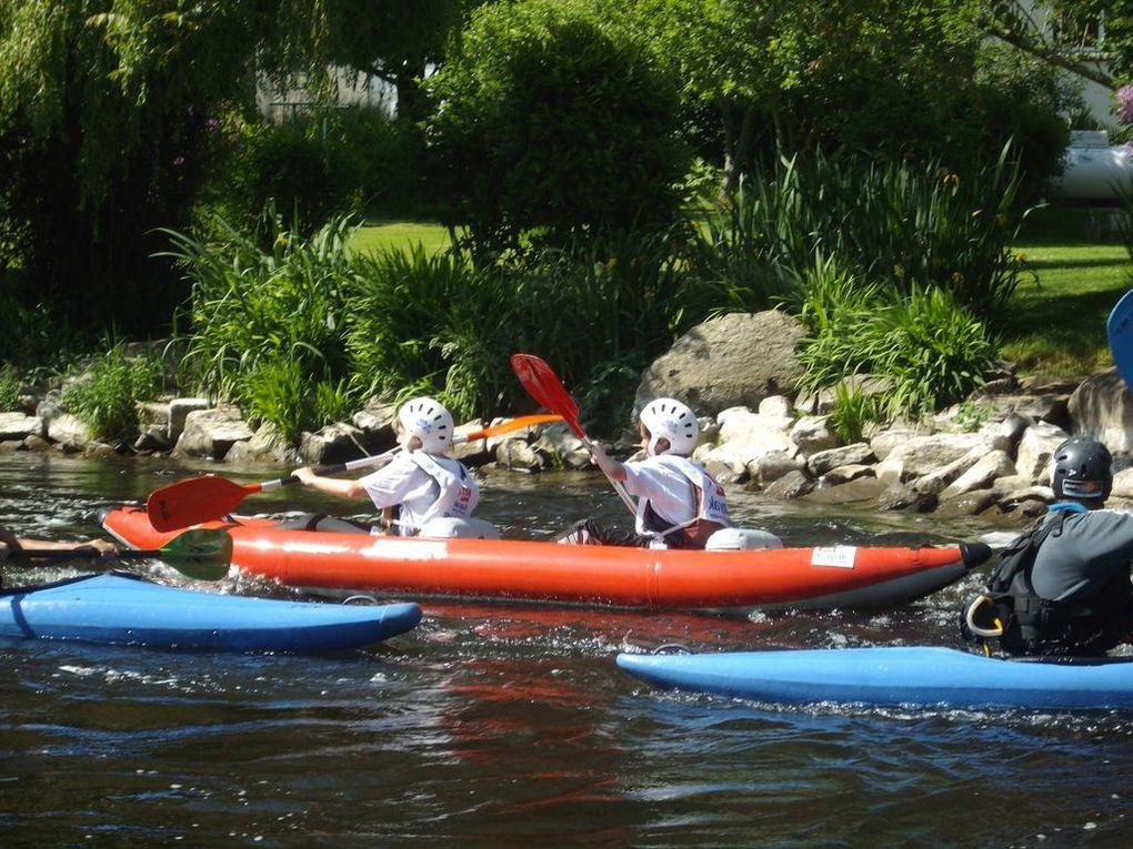 700 enfants répartis dans 27 écoles différentes se relaient pendant 3h afin d'effectuer le plus de tours possible de l'île de Locastel à Inzinzac-Lochrist sur le Blavet. Chaque équipe compte deux kayaks biplaces.