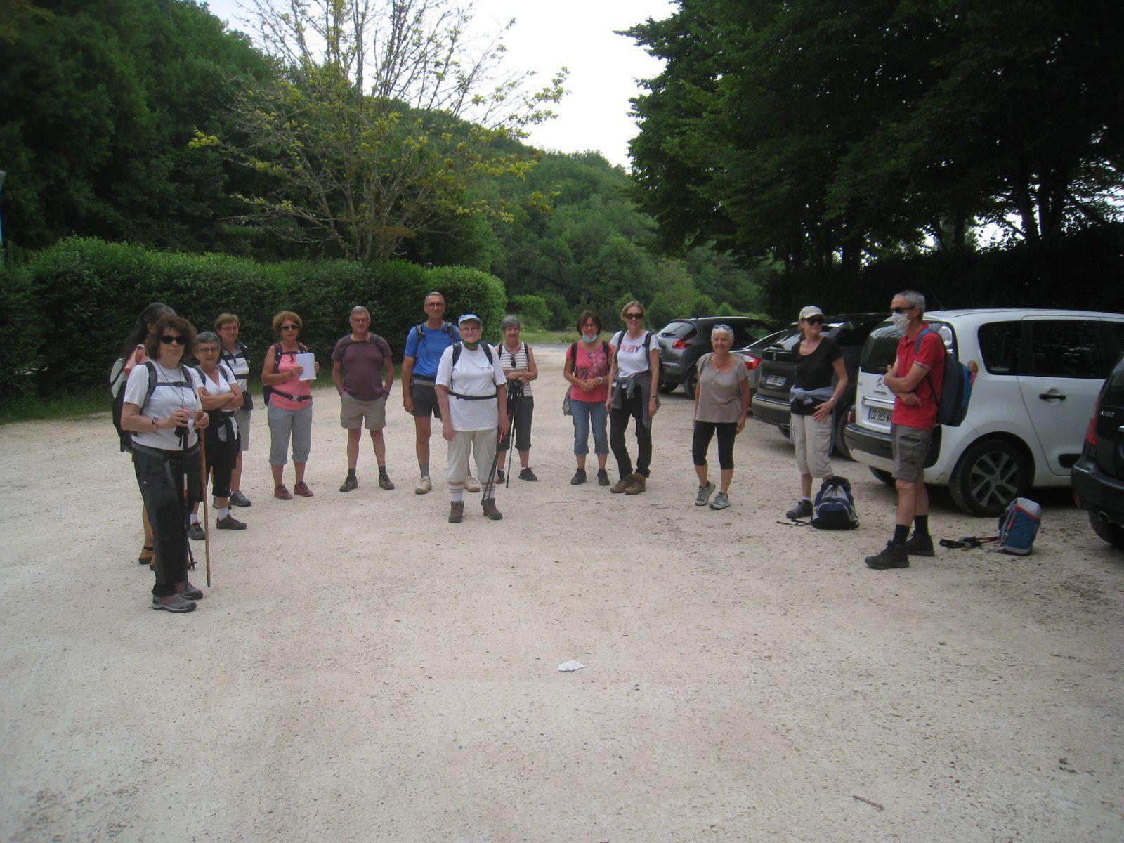 Départ du parking de la place du XIV juillet à l'entrée du village.
