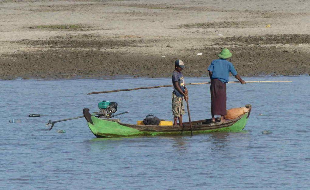 Petite croisière sur l'Irrawaddy, le plus long fleuve du pays et observation de la vie au bord du fleuve