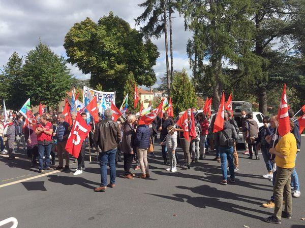 130 personnels rassemblés le 7 octobre devant l'inspection académique de Haute-Loire pour exiger les ouvertures de classes nécessaires.