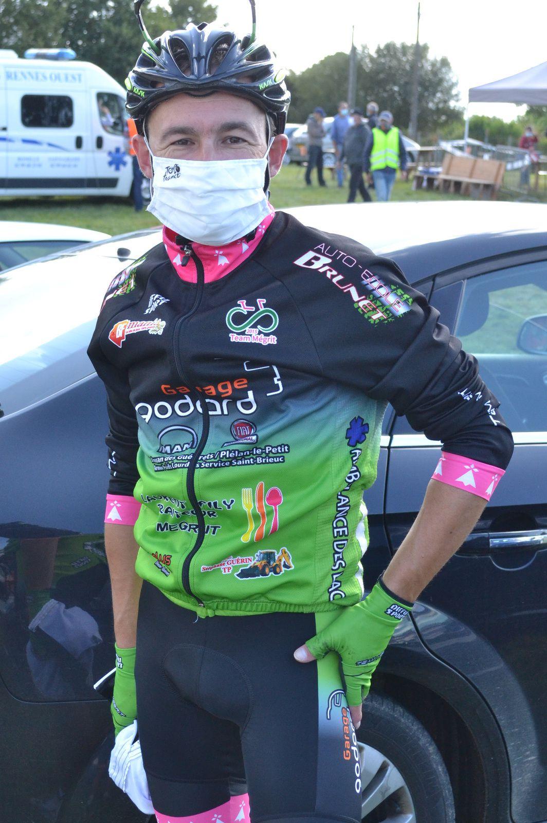 Tiens, le voici Cédric SAMSON (T Mégrit), 35è, après une belle tentative d'échappée avec Thierry HENRY au 7è tour.