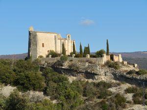 La chapelle castrale avec le donjon accolé, les remparts et les ruines du village...