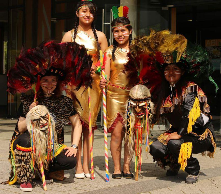 """Ein besonderer Blickfang war ein Quartett, das den traditionellen bolivianischen Tanz """"Tobas"""" in leuchtenden, selbstgenähten Trachten und mit beeindruckenden Federkronen aufführte."""