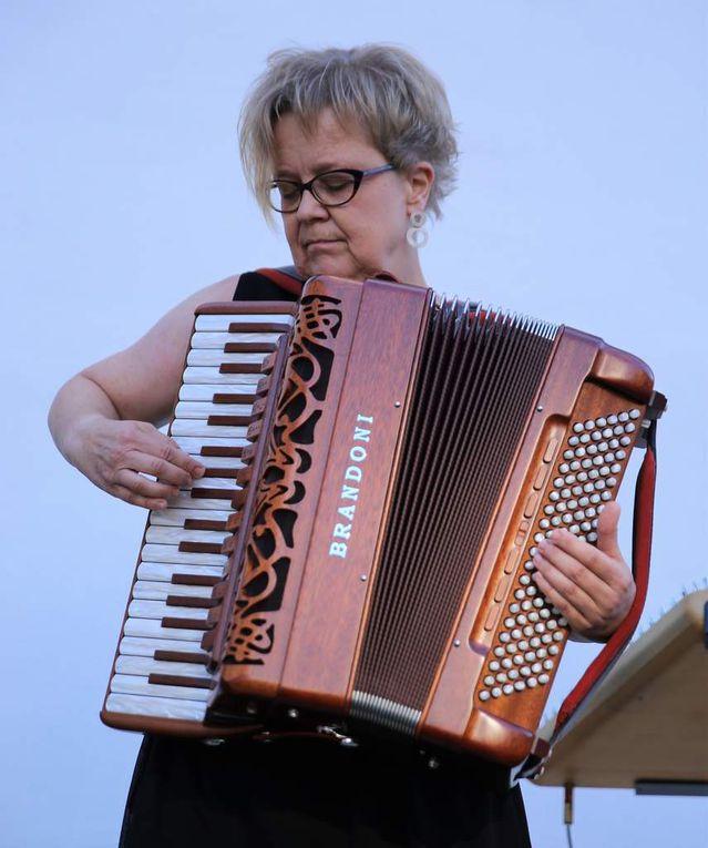 Almut Schwab mit Akkordeon, Hackbrett und Querflöte studierte klassische Musik.