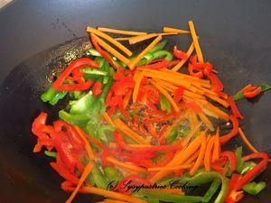 Wok ; Nouilles chinoises ; Nouilles cuites ; Légumes en cuisson ; Avec les nouilles et les crevettes