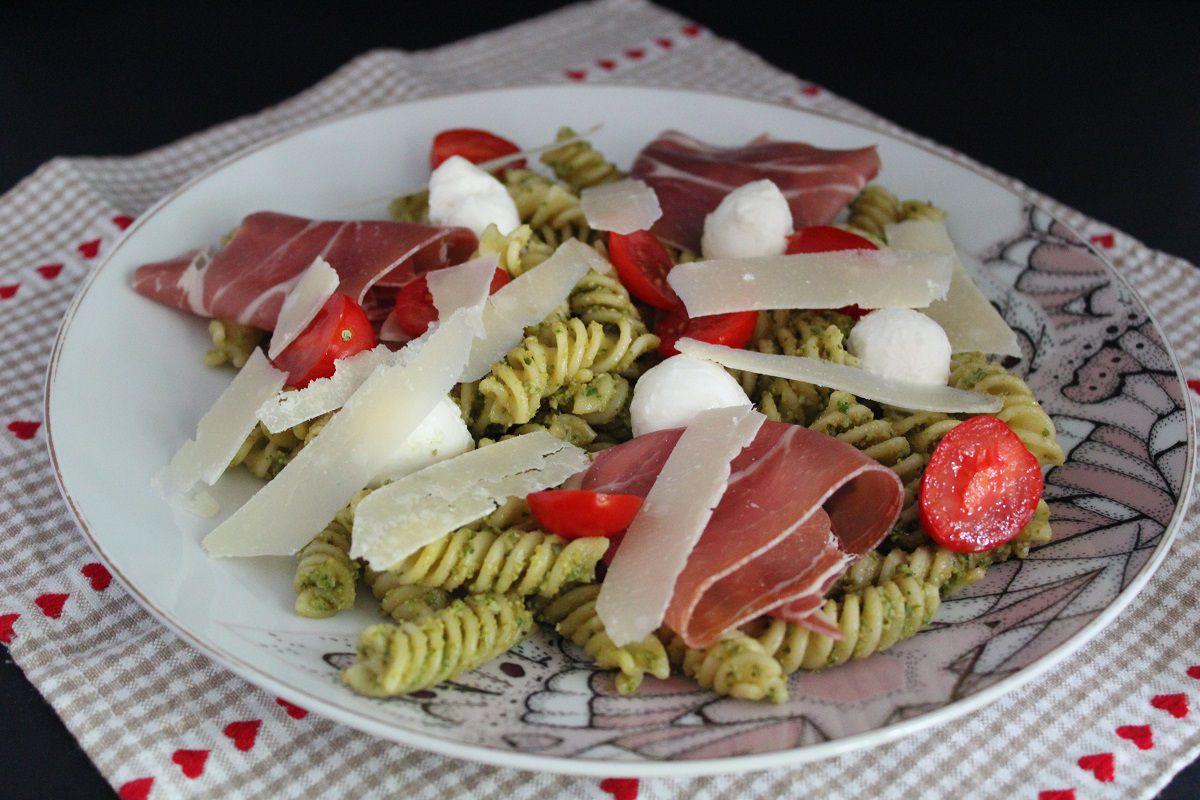 Salade de pâtes au pesto, jambon cru et mozzarella