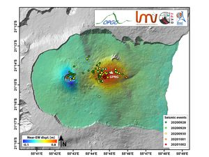 """Piton de La Fournaise - Vertical displacement maps (left) and east-west (right) deduced from InSAR data related to the 09/28/2020 intrusion. The intensity of the movements is given by the colored bar. The colored dots represent the location of the seismicity according to the date and the white triangle the GNSS station of the OVPF """"GPNG"""" (© OVPF-IPGP and © LMV-OPGC). - one click to enlarge"""