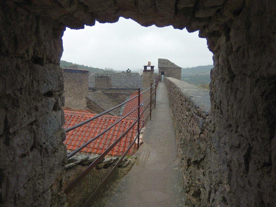 """""""Un des plus beaux villages de France"""" fortifié, classé et protégé sur le haut plateau du Larzac,"""
