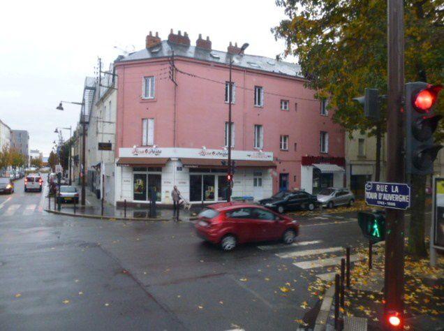 Jaune, comme la grue jaune du port de nantes, jaune comme cet immeuble filiforme de la berge de la Loire sur l'Ile de Nantes...
