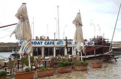 Bouton pause dans un bateau-café à Girne