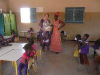 distribution par Elizabeth BAZIN de fournitures scolaires dans l'école maternelle construite a Ndiaganiao