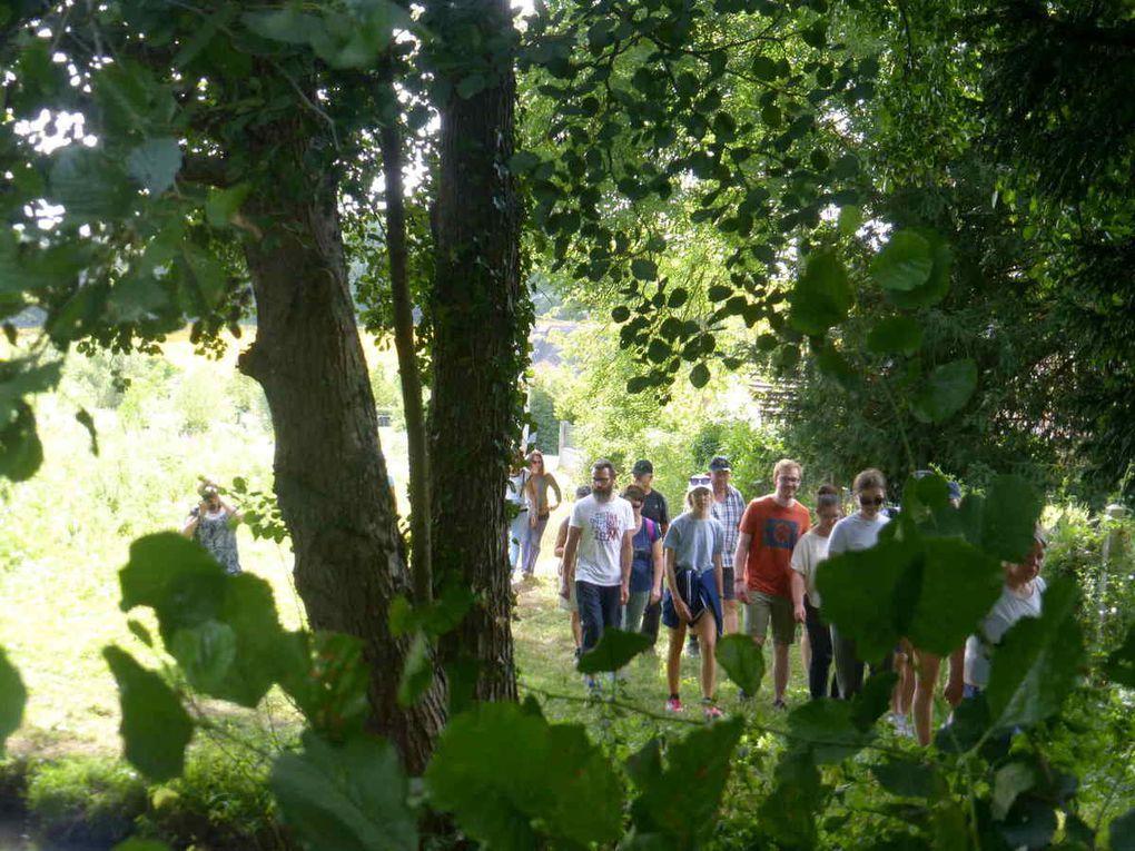 Les randonneurs vont traverser la rivière