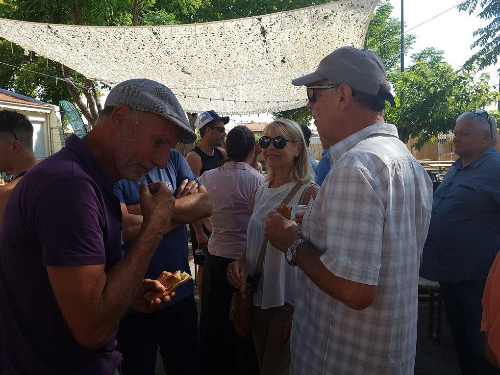 Pause sympathique pendant cette fête: le déjeuner républicain offert par la mairie ce dimanche matin. Saucisses grillées, jus de fruits, eau et rosé, chacun s'est retrouvé pour commenter la fête et son bon déroulement. A noter, parmi les valerguois, la présence de nombreux élu.e.s, des membres du comité et des gardians. Photos Eloi Martinez