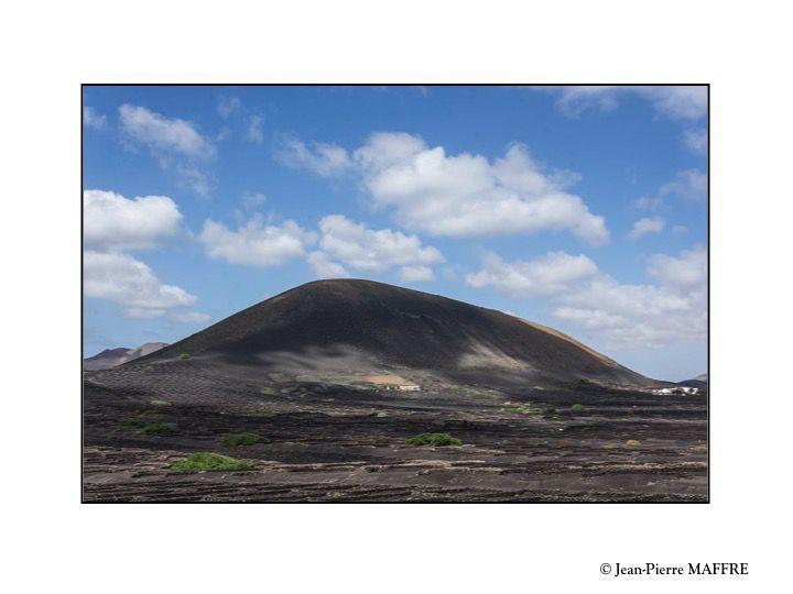 Des quatre éléments, il ne manque que le feu. Trop tard ! Les volcans sont éteints depuis longtemps.