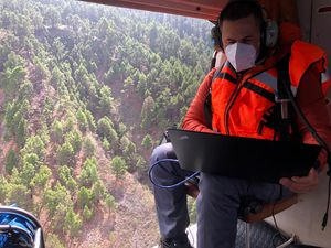 La Palma - 09.18.2021 - Installation of the seismic network, IR thermography by helicopter, sampling in Dos Aguas (Barranco de las Angustias) by the teams InVolcan - one click to enlarge