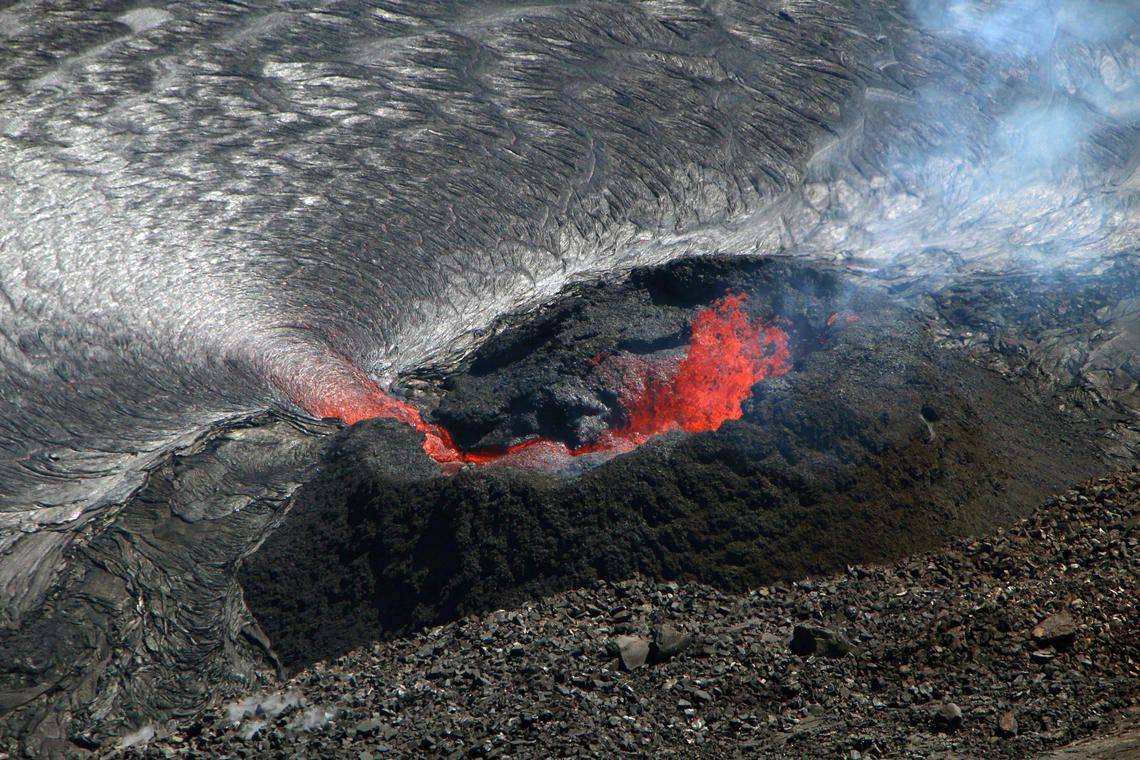 Kilauea - Halema'uma'u lava lake - Spattering at the west vent - USGS photo by D. Downs 20.10.2021 - one click to enlarge