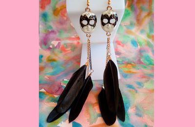 boucles oreilles masque carnaval de venise blanc noir dore avec breloques plumes noires et chaînettes noir et or,fermoirs crochets,boho bobo gothique,baroque rococo,cadeau fete anniversaire noel,fait mains en france