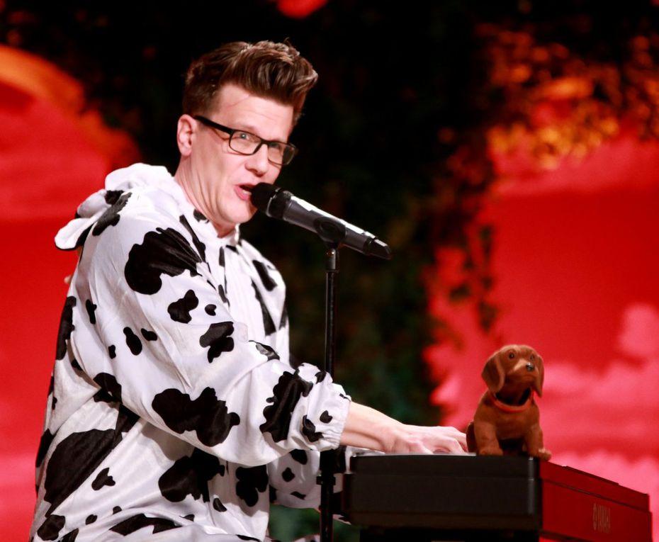 """2015 sang Matthias Walz bei der Fastnachts-Fernsehsendung als Tarnfleck-Pianist. Nun legte der Karlstädter einen blendenden Auftritt als """"Deutsche Leitkuh""""  hin mit bekannten Melodien, die er nun mit aktuellen Texten versehen, so auch über """"Bayernimperator Seehofer"""",  zum Besten gab. Als Beilage reichte er Frohsinn und gute Laune, unter anderem so ganz nach dem Geschmack des Publikums mit dem Ohrwurm """"Schatzi mach mir ein Selfie""""."""