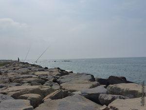 Les pêcheurs de bon matin sur la digue