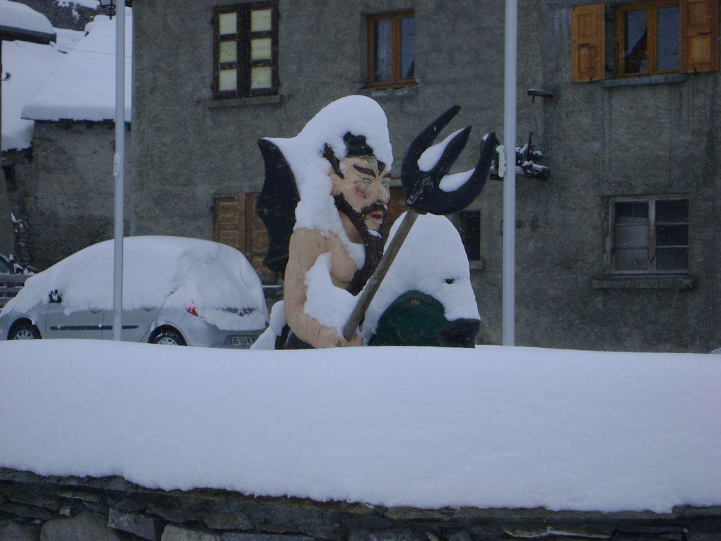 La neige est arrivée en avance à Bessans pour la saison 2012-2013. 40 centimètres de neige sont tombés dans la nuit du 27 au 28 octobre.  Photos : J.Tracq