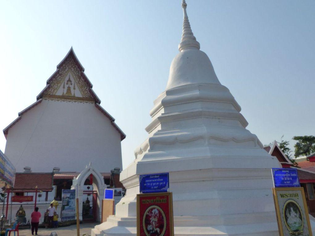 Comme dans beaucoup de temples thaïlandais, des statues diverses cohabitent avec celles de Bouddha