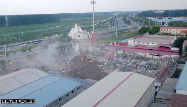 Chine : Démolition d'une mega-church pendant un culte et arrestation de ses pasteurs (photos + vidéos) !