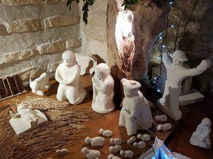 En route sur le chemin des crèches ! Al'église, puis chez Gérard qui sculpte lui même les santons dans la belle pierre blanche de Beaulieu !