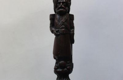 pommeau de dague badine  en bois sculpté sapeur porte hache
