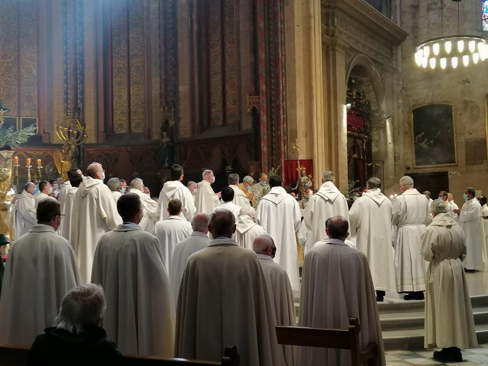 Prêtres, diacres et fidèles sont invités à cette célébration qui manifeste l'unité de toute la communauté diocésaine autour de son évêque.