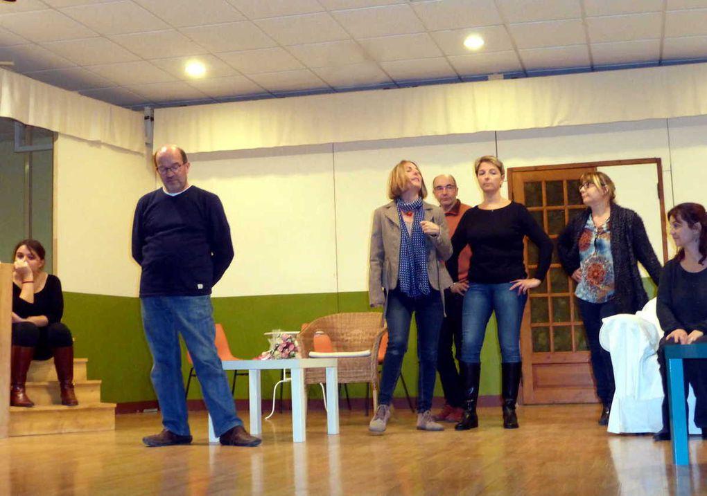 """Les adultes en pleine répétition pour la pièce """"Le bal des escargots"""""""
