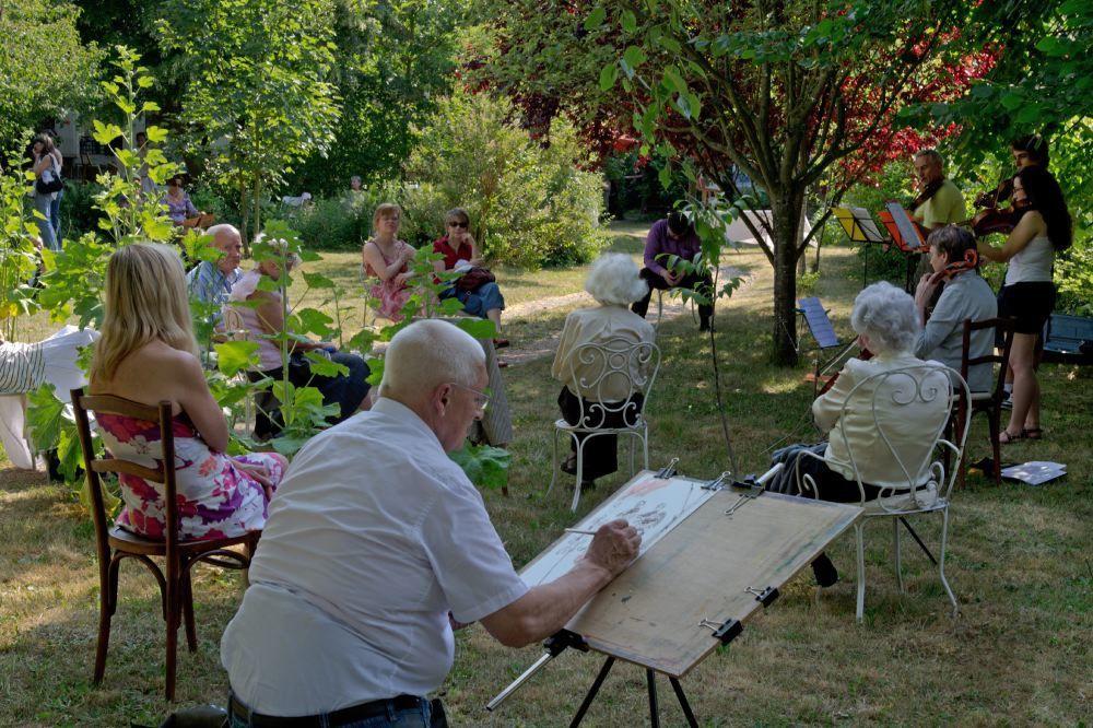 Une cinquantaine d'élèves de l'école de peinture de Catherine Bouffard exposaient leur travail sur le thème du jardin et chacun était invité à venir prendre les pinceaux. ©Rosine Mazin