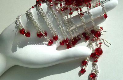 AmouRRougE - Parure bohème aux perles craquelées et longues franges aux petits coeurs en cristal rouge profond