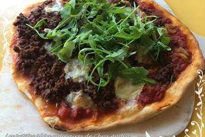 Pizza à la viande hachée, mozzarella et roquette