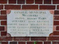 La mairie de Crasville, datée de 1897, témoigne de l'attachement républicain de certains de ses habitants. Elle structure de nouvelle façon les liens humains autour d'une sociabilité et d'une vision de la société qui font partie de l'histoire et du présent (clichés de Frédéric Ménissier, septembre 2020).