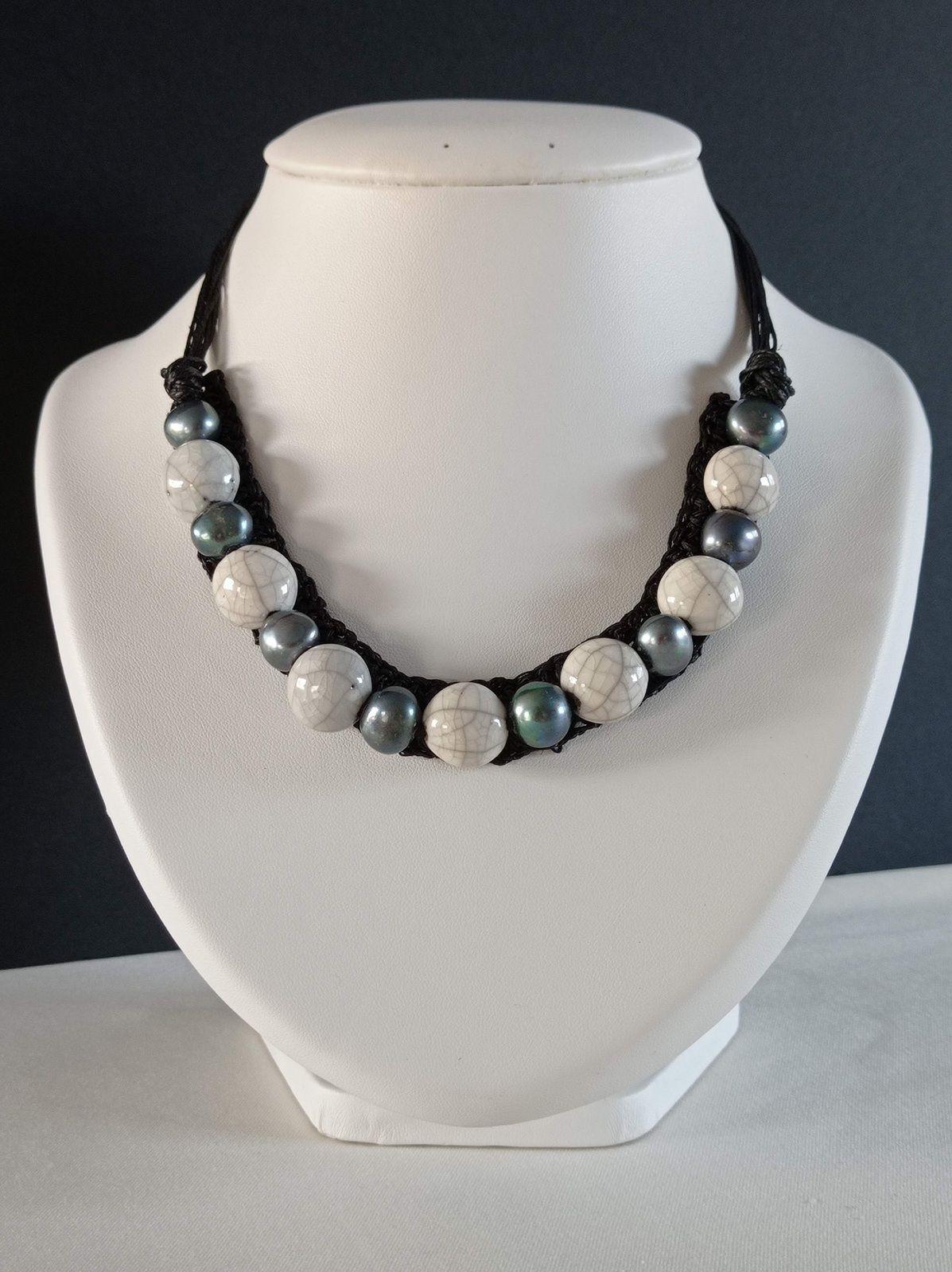 REF.CLP262- COLLIER lin, perles d'eau douce, céramique raku, avec chaîne de rallonge ,long. entre 42 et 47cm. 35€.
