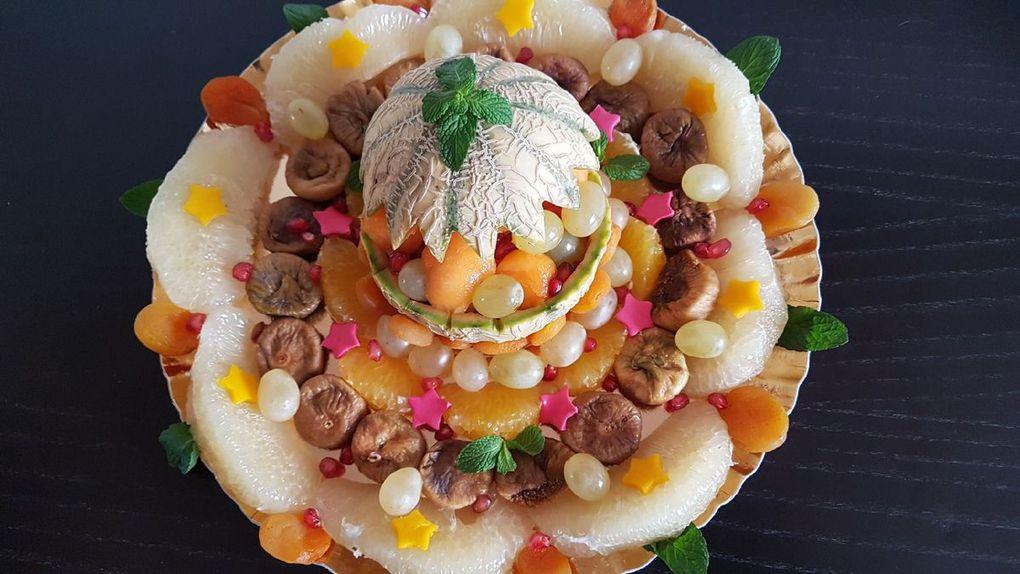 Plateau de fruits frais : agrumes, raisins, melon et fruits secs