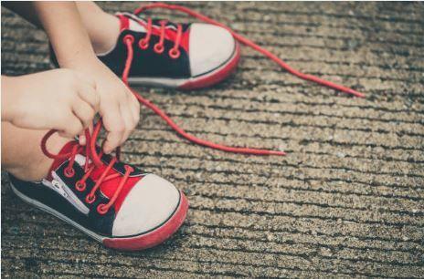 Comment attacher ses lacets tout seul ?