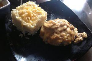 Risotto accopagné par un steak haché au fromage et sa sauce à la moutarde