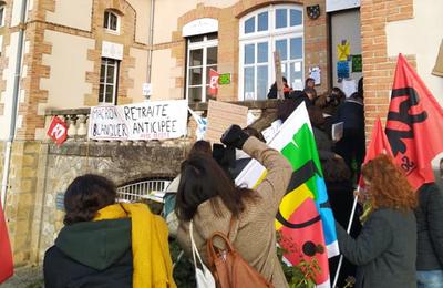 Rassemblement des enseignants devant l'inspection académique de l'Allier