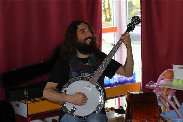 Des musiciens à l'école maternelle.