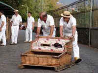 A l'origine, ces luges, apparues vers 1850, étaient un moyen de transport permettant de descendre à Funchal pour les personnes vivant à Monte. C'est aujourd'hui une des activités touristiques les plus connues de Madère. Les luges qui peuvent atteindre une vitesse de 50 km/h, vous donneront une dose d'adrénaline garantie...