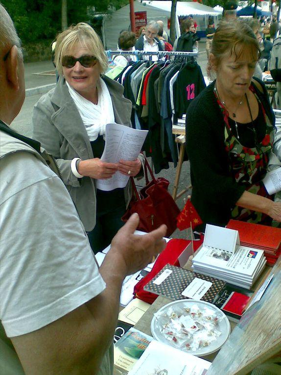"stand de la revue ""lo lugarn"" à l'Estivada de Rodez 2011"