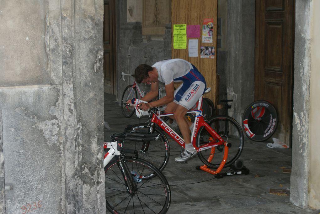 Prologue du Tour des Pays de Savoie sous la pluie. Le public était tout de même au rendez-vous.  Photos : J. Tracq