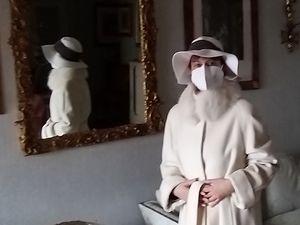 Cappotto da first lady, sì, ma vuoi mettere il cappello griffato ton sur ton...
