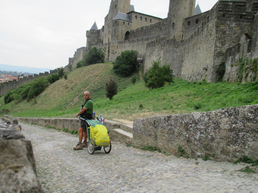 au loin Carcassonne. Le canal du midi Le vieux pont et au loin la cité médiéval + le doigt du photographe La cité médiéval