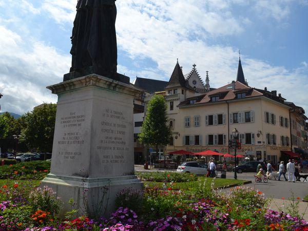 Son nom, gravé dans la pierre de l'Arc de triomphe à Paris parmi les plus valeureux officiers de Napoléon, perpétue à jamais son souvenir pourtant...