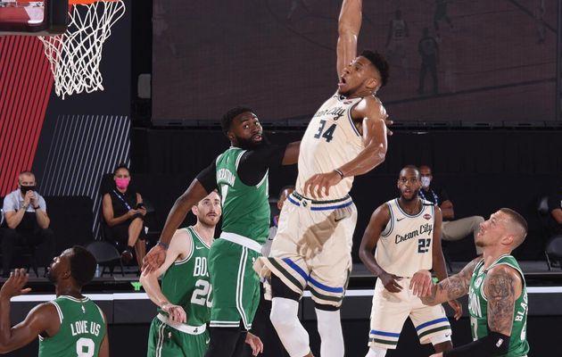 Giannis Antetokounmpo marche sur les Celtics