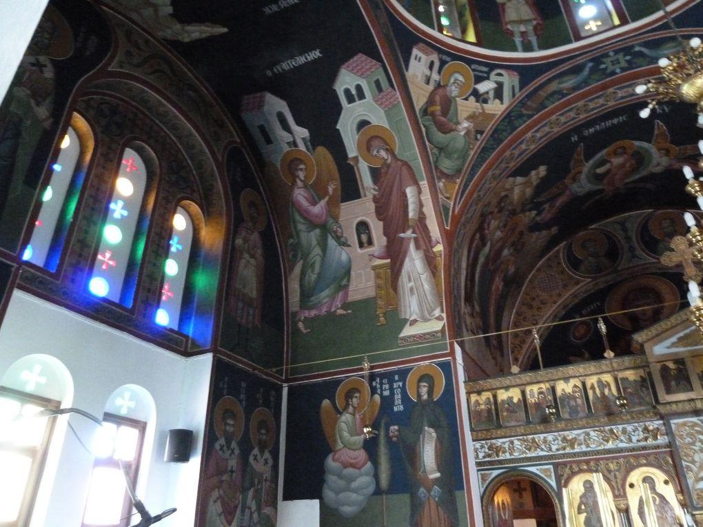 Icônes et fresques magnifiquement conservées nous enchantent. Les dames qui s'occupent de l'entretien nous disent que des fêtes très importantes se préparent...